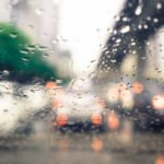 Hintergrundbild - Straßenverkehr durch verregnete Autoscheibe